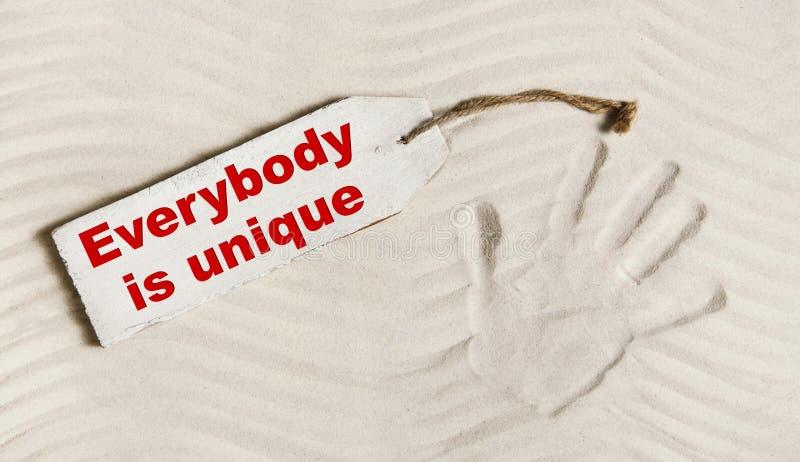 Everybody jest unikalny: Wręcza druk z tekstem dla umysłowego i individ fotografia stock