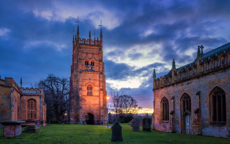 Evesham Klocka torn i Worcestershire Den helgonLawrence kyrkan och abbotskloster parkerar på soluppgång royaltyfri bild