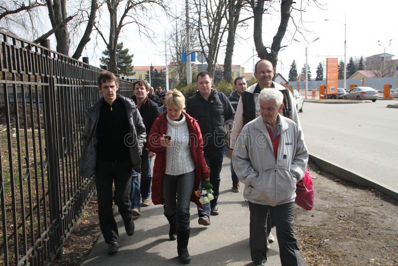 Evgeniya Chirikova vicino all'aeroporto di Krasnodar insieme alla delegazione da Mosca fotografia stock