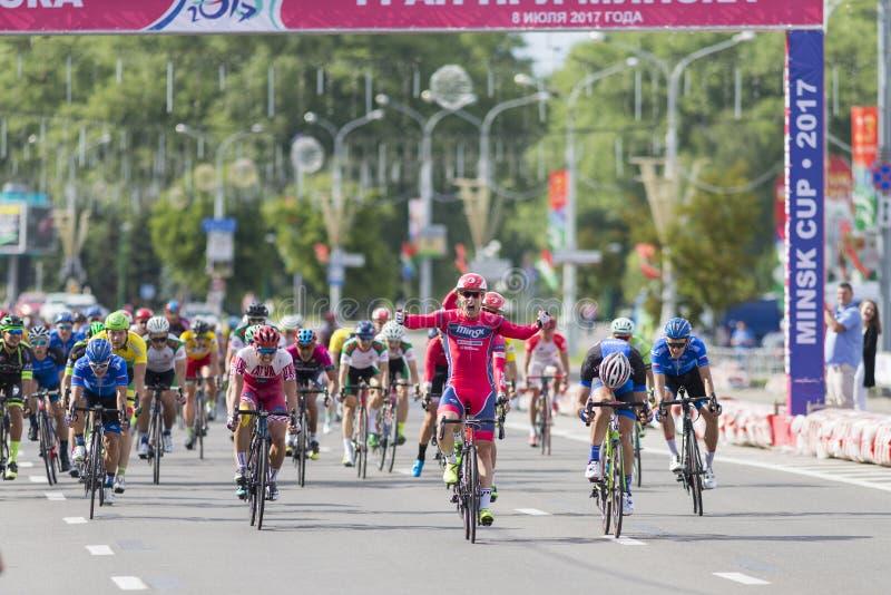 Evgeny Korolek du Belarus croisant la ligne d'arrivée devant le Peloton pendant la concurrence de recyclage de route internationa images stock