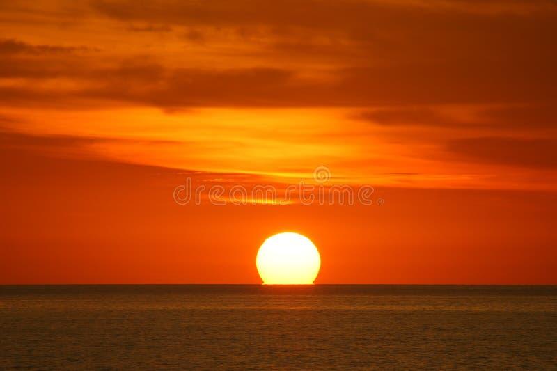 Evig romans mellan solen och havet arkivfoto