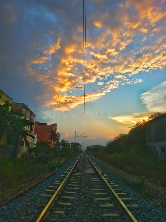 eving在办公室以后的我的火车轨道意图运作  库存图片