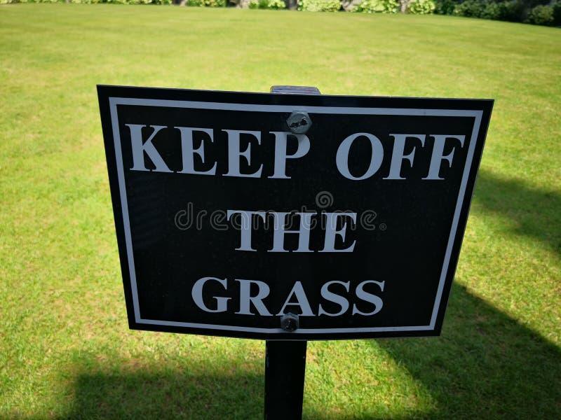 Evite la hierba, por favor foto de archivo