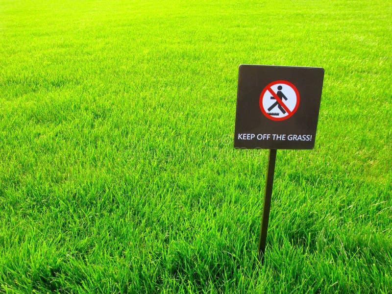 Evite la hierba, señal de peligro fotografía de archivo