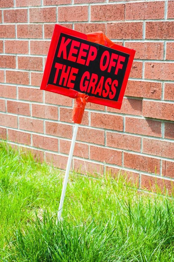 Evite la señal de peligro de la hierba imagen de archivo libre de regalías