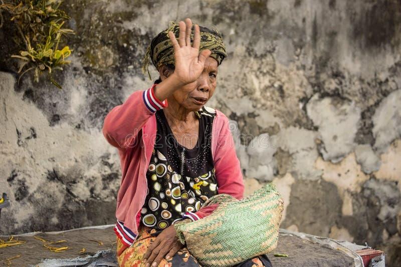 Evite tirar a la mujer en el mercado, Toyopakeh, Nusa Penida 24 de junio Indondonesia 2015 fotografía de archivo libre de regalías