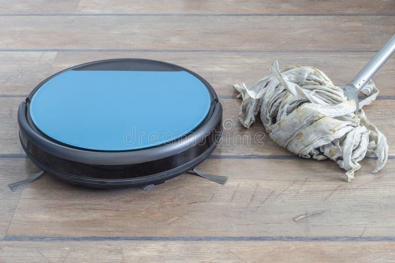 Evolução de tecnologia Aspirador de p30 e espanador do robô próximos um do outro imagem de stock