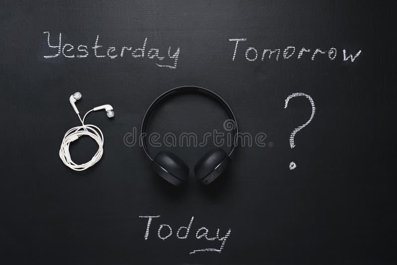 Evolución de artilugios auriculares atados con alambre, auriculares inalámbricos y signo de interrogación para el futuro imagen de archivo libre de regalías