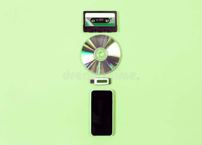 Evolución de la cinta, del disco, del usb y del smartphone del concepto de la tecnología foto de archivo