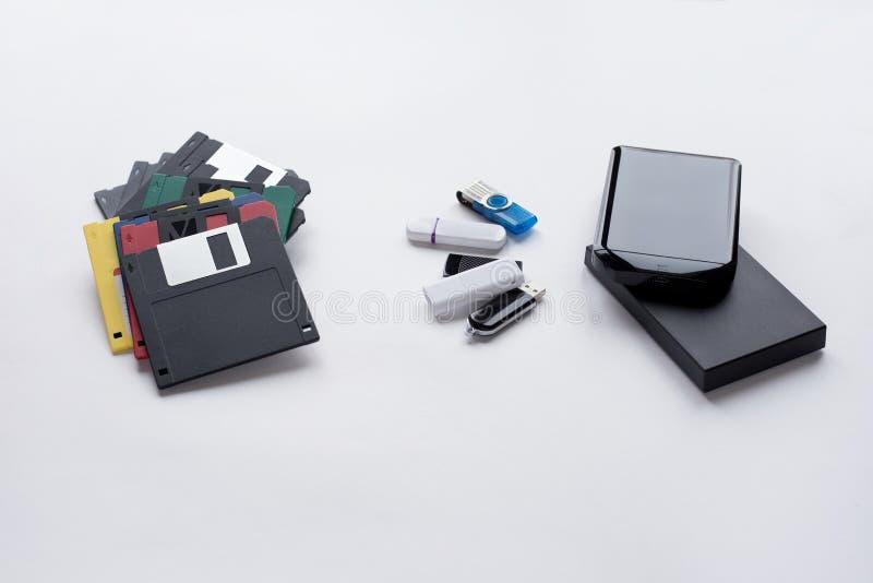 Evolutionen av digitala apparater f?r ?verf?ringen och lagring av information Objekt som isoleras p? vit bakgrund royaltyfri foto