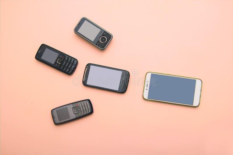 Evoluzione dei telefoni cellulari Concetto del telefono e di pda di sviluppo tecnologico Telefoni d'annata e nuovi Vista superior immagini stock libere da diritti
