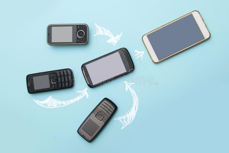 Evoluzione dei telefoni cellulari Concetto del telefono e di pda di sviluppo tecnologico Telefoni d'annata e nuovi Vista superior fotografie stock libere da diritti