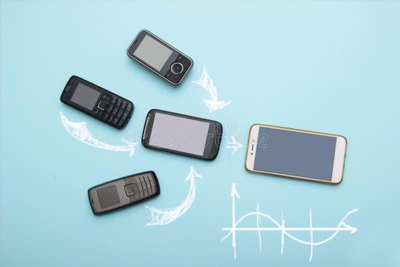 Evoluzione dei telefoni cellulari Concetto del telefono e di pda di sviluppo tecnologico Telefoni d'annata e nuovi Vista superior immagini stock