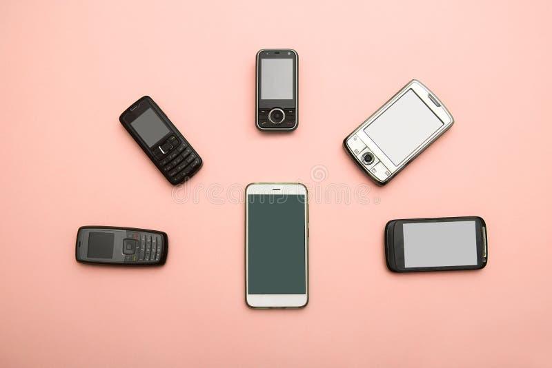 Evoluzione dei telefoni cellulari Concetto del telefono e di pda di sviluppo tecnologico Telefoni d'annata e nuovi Vista superior fotografia stock libera da diritti
