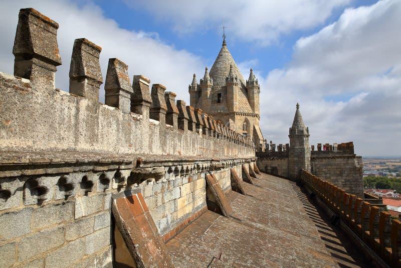 EVORA, ΠΟΡΤΟΓΑΛΙΑ - 9 ΟΚΤΩΒΡΊΟΥ 2016: Η στέγη του SE καθεδρικών ναών με το θόλο στοκ εικόνες με δικαίωμα ελεύθερης χρήσης