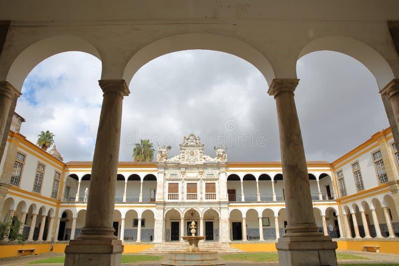 EVORA, ΠΟΡΤΟΓΑΛΙΑ - 11 ΟΚΤΩΒΡΊΟΥ 2016: Το πανεπιστημιακό Antiga Universidade με Arcades και τις μαρμάρινες στήλες στοκ εικόνα