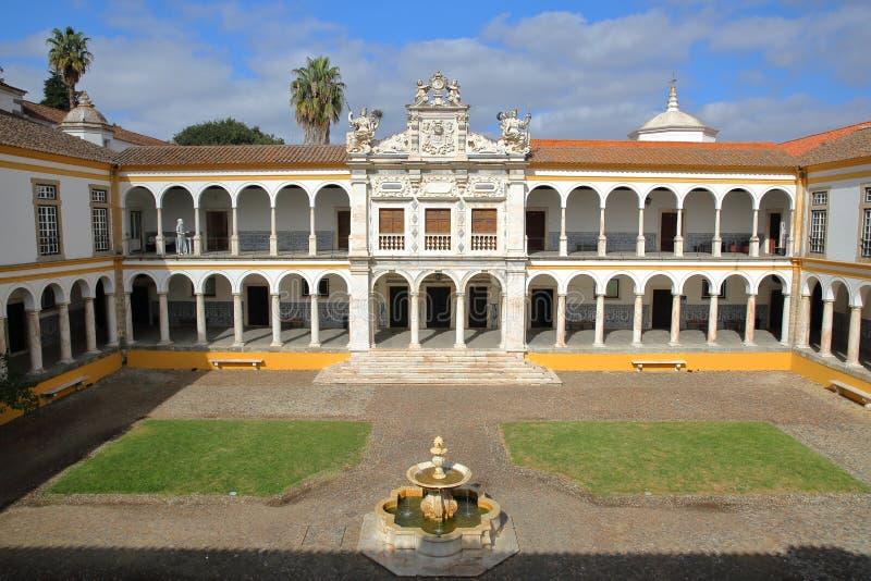 EVORA, ΠΟΡΤΟΓΑΛΙΑ - 11 ΟΚΤΩΒΡΊΟΥ 2016: Το πανεπιστημιακό Antiga Universidade με Arcades και τις μαρμάρινες στήλες στοκ εικόνες με δικαίωμα ελεύθερης χρήσης