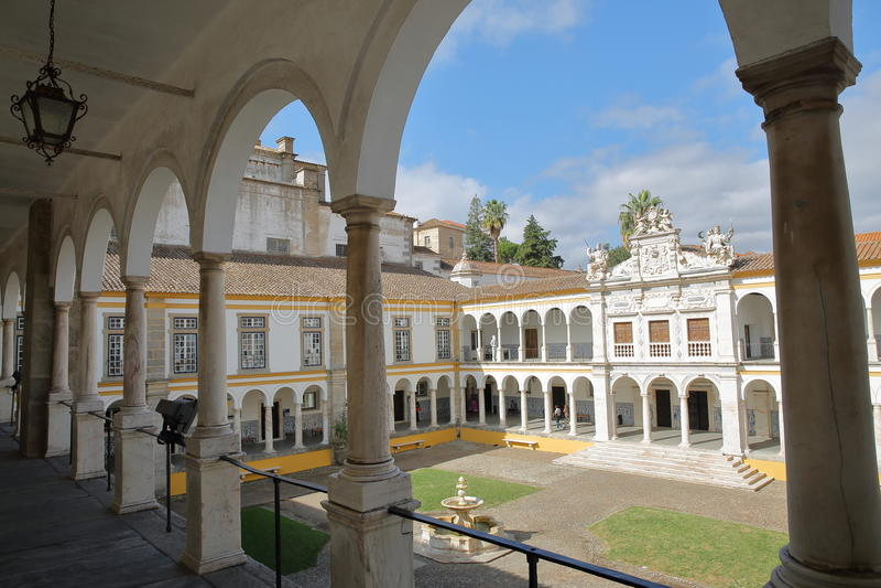 EVORA, ΠΟΡΤΟΓΑΛΙΑ - 11 ΟΚΤΩΒΡΊΟΥ 2016: Το πανεπιστημιακό Antiga Universidade με Arcades και τις μαρμάρινες στήλες στοκ φωτογραφίες