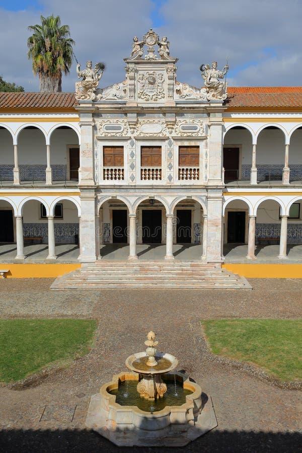 EVORA, ΠΟΡΤΟΓΑΛΙΑ - 11 ΟΚΤΩΒΡΊΟΥ 2016: Το πανεπιστημιακό Antiga Universidade με Arcades και τις μαρμάρινες στήλες στοκ φωτογραφία