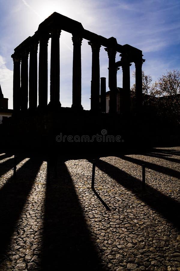 evora Португалия Силуэт иконического римского виска стоковое фото