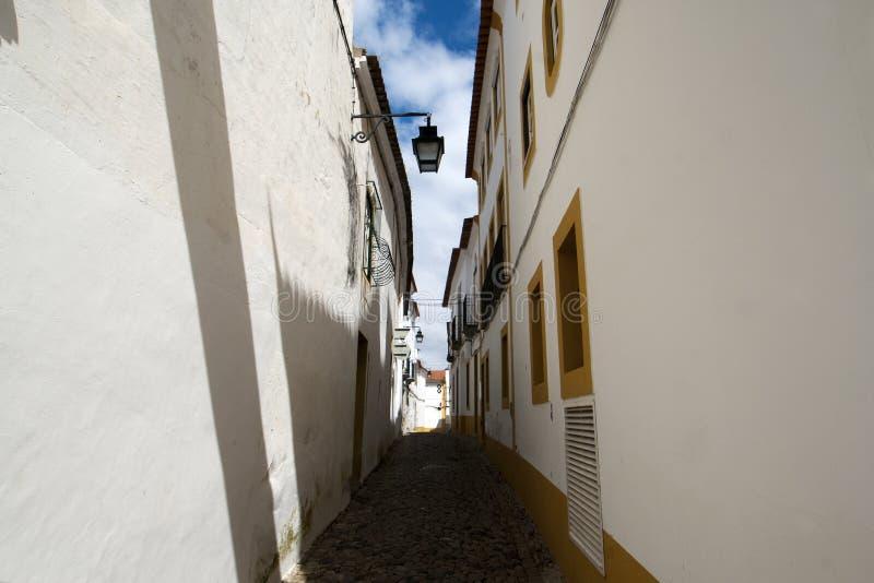 Evora - pequeña calle con las casas portuguesas blancas fotografía de archivo