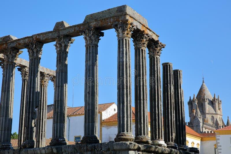 EVORA, PORTUGAL: Roman ruïnes van de Tempel van Diana ` s en de Kathedraal op de achtergrond stock foto