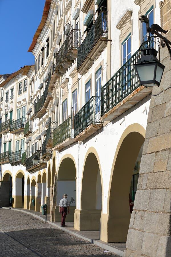 EVORA PORTUGALIA, PAŹDZIERNIK, - 8, 2016: Typowe domowe fasady i arkady przy Giraldo Obciosują z smok kształtującą latarnią ulicz fotografia stock