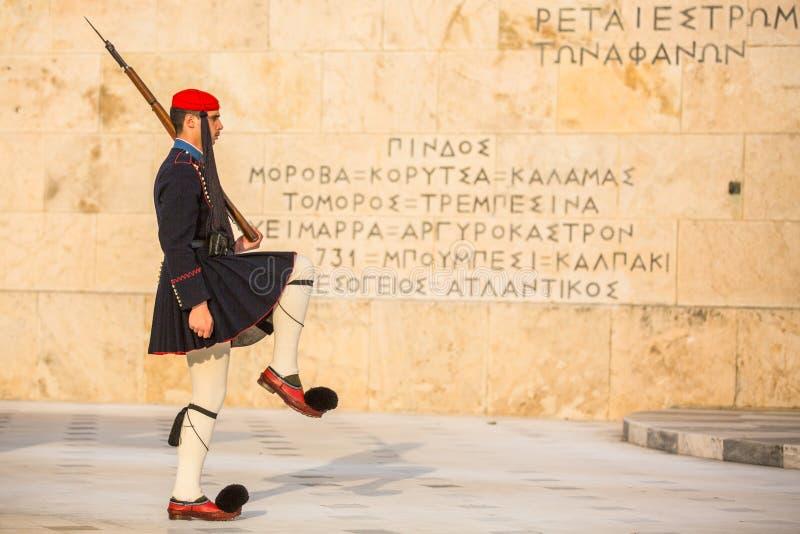 Evzone que guarda o túmulo do soldado desconhecido em Atenas vestiu-se no uniforme de serviço, refere os membros do G presidencia imagem de stock