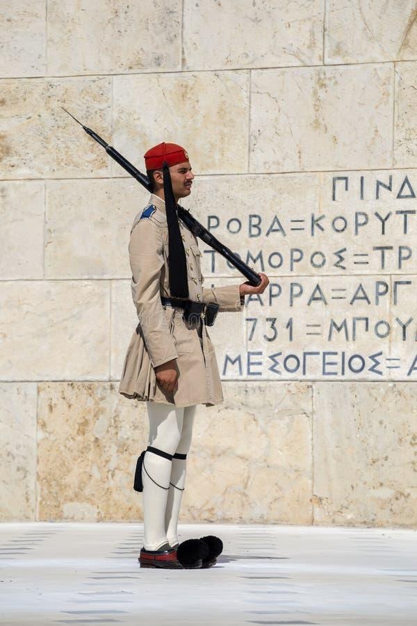 Evzone soldat med geväret royaltyfri fotografi