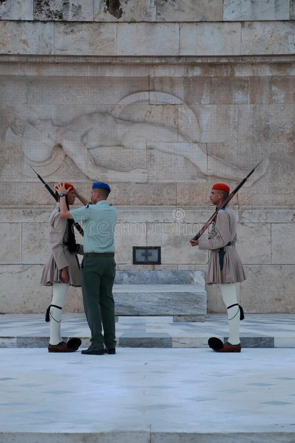 Evzone som bevakar gravvalvet av den okända soldaten, Aten, Grekland royaltyfri foto