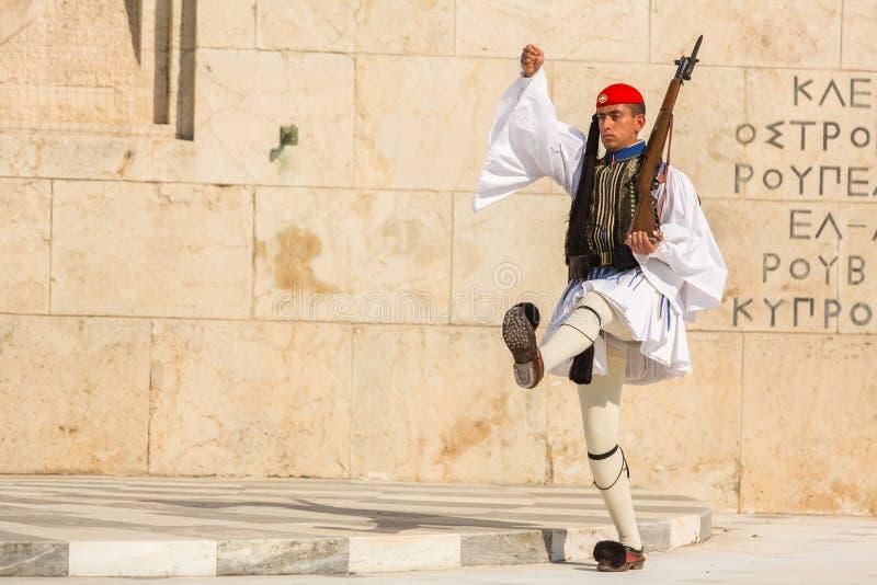 Evzone som bevakar gravvalvet av den okända soldaten i iklädd högtidsdräktlikformig för Aten royaltyfria foton