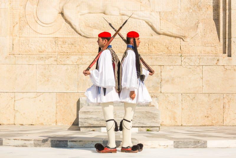 Evzone som bevakar gravvalvet av den okända soldaten i iklädd högtidsdräktlikformig för Aten royaltyfri bild