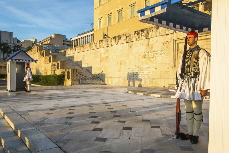 Evzone som bevakar gravvalvet av den okända soldaten i iklädd högtidsdräktlikformig för Aten royaltyfri foto