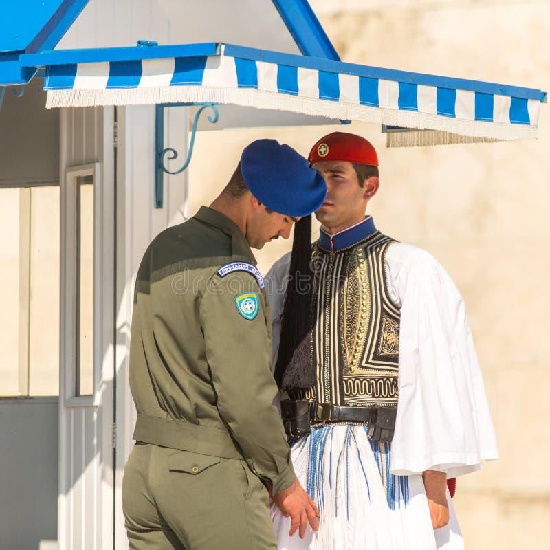 Evzone som bevakar gravvalvet av den okända soldaten i iklädd högtidsdräktlikformig för Aten fotografering för bildbyråer