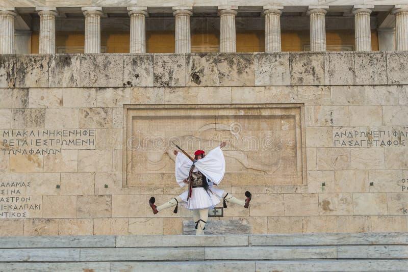 Evzone som bevakar gravvalvet av den okända soldaten i iklädd högtidsdräktlikformig för Aten arkivbilder