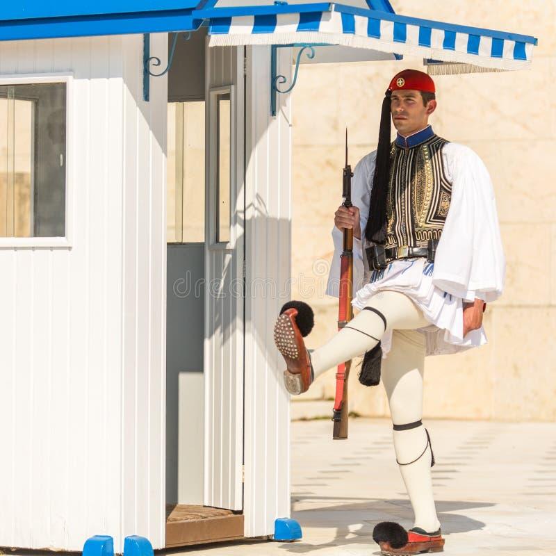 Evzone som bevakar gravvalvet av den okända soldaten i iklädd högtidsdräktlikformig för Aten royaltyfria bilder