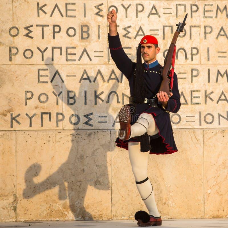Evzone som bevakar gravvalvet av den okända soldaten i iklädd tjänste- likformig för Aten royaltyfri foto