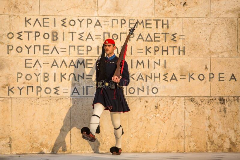 Evzone som bevakar gravvalvet av den okända soldaten i iklädd tjänste- likformig för Aten arkivbilder