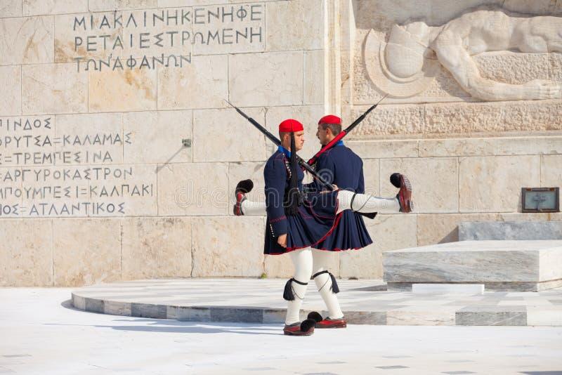 Evzone som bevakar parlamentet, Aten arkivfoto