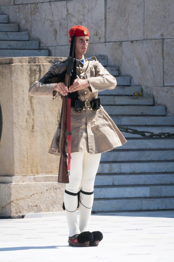 Evzonemilitair vooraan het Parlement van Athene stock foto's