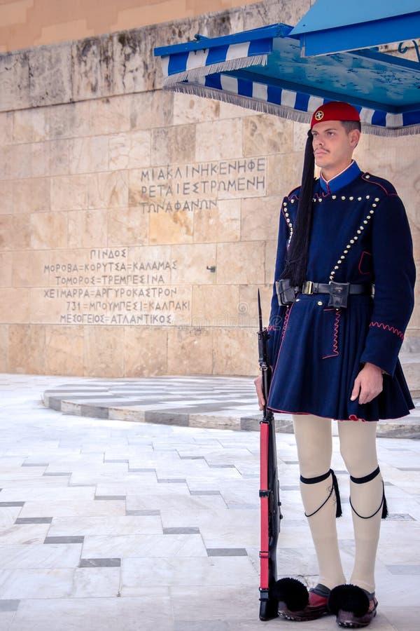 Evzones μπροστά από τον τάφο του άγνωστου στρατιώτη στο τετράγωνο συντάγματος στοκ φωτογραφίες με δικαίωμα ελεύθερης χρήσης