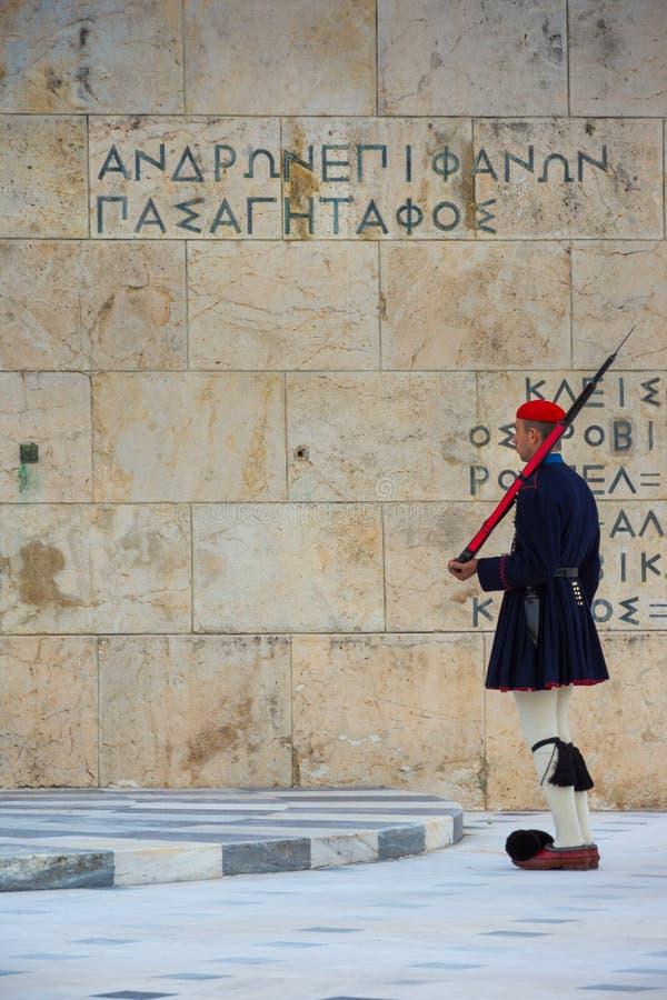 Evzones μπροστά από τον τάφο του άγνωστου στρατιώτη στο τετράγωνο συντάγματος στοκ φωτογραφία