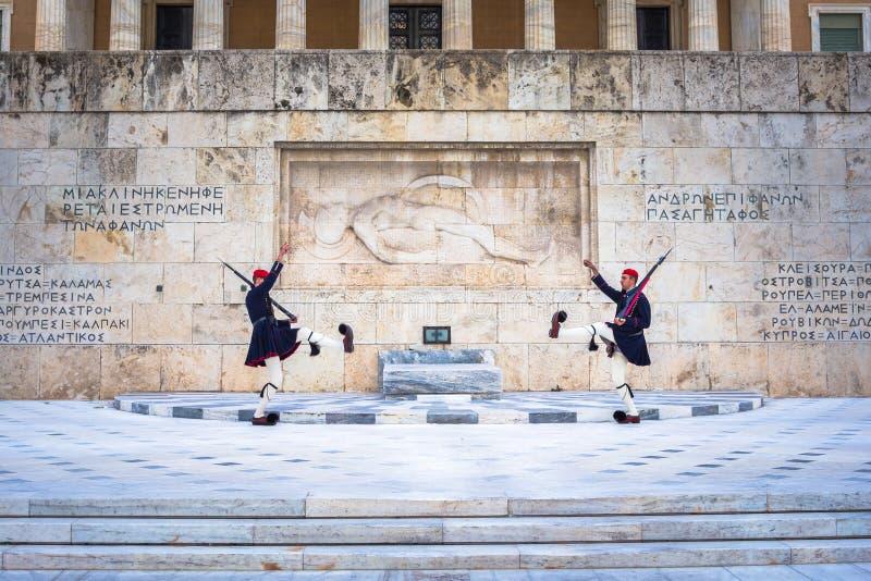 Evzones μπροστά από τον τάφο του άγνωστου στρατιώτη στο τετράγωνο συντάγματος στοκ εικόνες με δικαίωμα ελεύθερης χρήσης