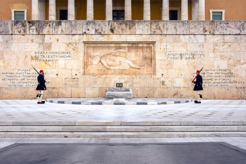 Evzones delante de la tumba del soldado desconocido en el cuadrado del sintagma imagenes de archivo