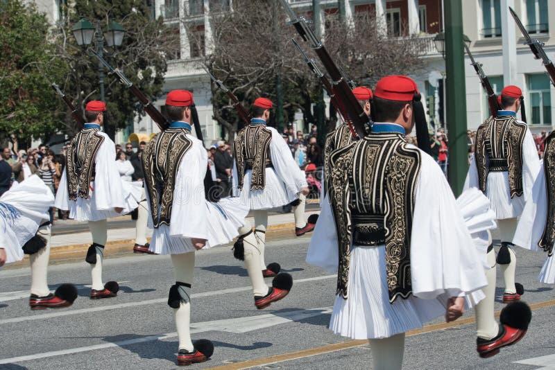 Evzones en el desfile militar griego imagen de archivo