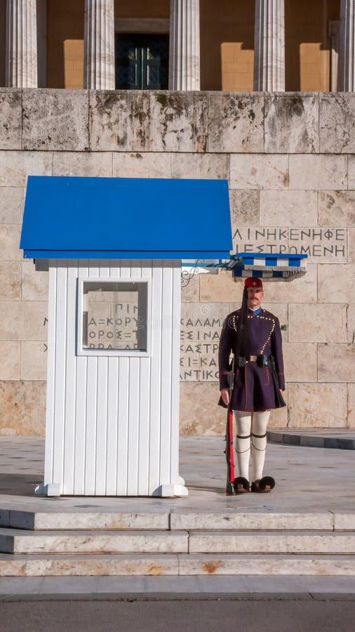 Evzones - guardias presidenciales del ceremonial en la tumba del soldado desconocido en el parlamento griego imagen de archivo libre de regalías