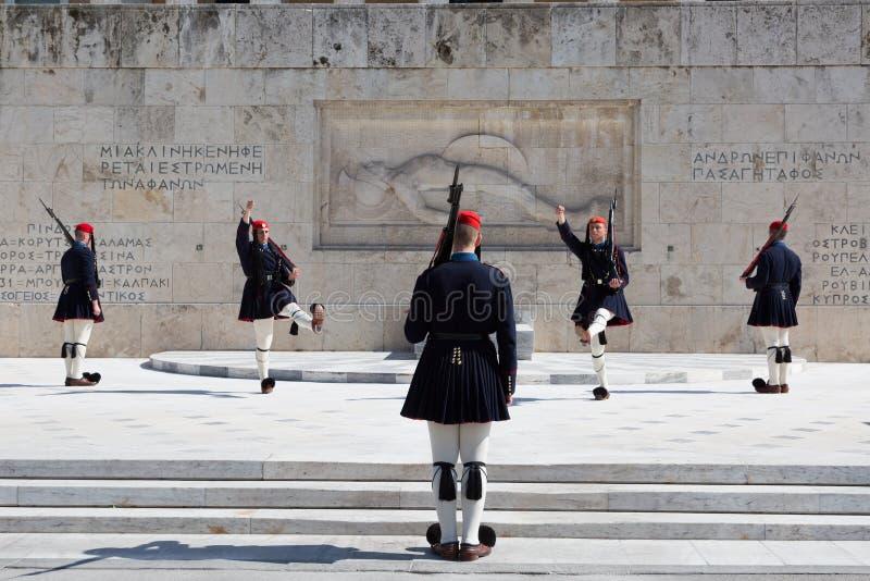 Evzones - guardias presidenciales del ceremonial en la tumba del soldado desconocido en el Parliamen griego, fotos de archivo