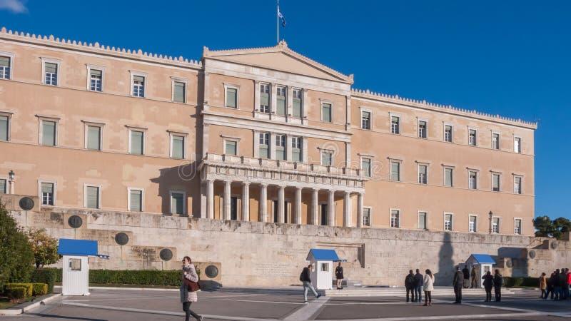 Evzones - guardie presidenziali di ceremonial nella tomba del soldato sconosciuto al Parlamento greco fotografie stock