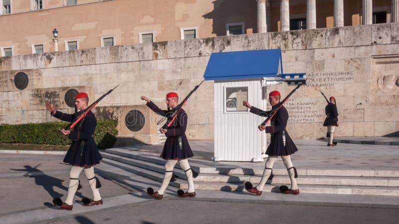 Evzones - guardie presidenziali di ceremonial nella tomba del soldato sconosciuto al Parlamento greco fotografia stock