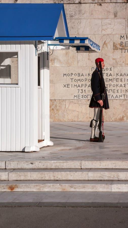 Evzones - guardie presidenziali di ceremonial nella tomba del soldato sconosciuto al Parlamento greco fotografia stock libera da diritti
